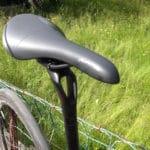 La tige de selle spécifique et la selle Fizik Aliante participe au confort de ce vélo.