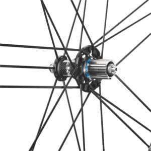 Le moyeu arrière contribue au dynamisme de ces roues polyvalentes.