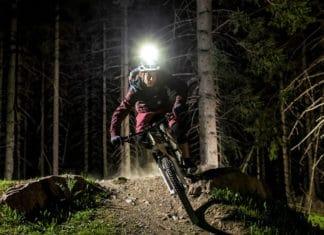 L'éclairage vélo Sigma Buster 2000 permet une visibilité parfaite en pleine nuit.