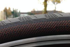 Il y a aussi un sens de montage pour une parfaite utilisation du Continental Grand Prix 4 Season. La fibre marron DuraSkin protège efficacement contre les agressions.