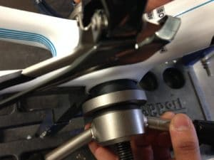 En manœuvrant l'outil le boitier doit s'insérer sans effort démesuré.