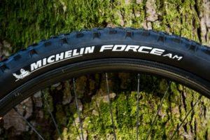 Développer avec les professionnels ce nouveau pneu VTT devrait faire parler de lui dès sa sortie.
