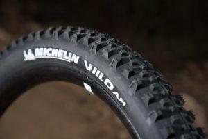 Le Michelin Wild AM est sans doute le plus polyvalent des pneus sportifs.