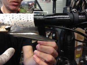 Du ruban collant pour fixer correctement le ruban de cintre vient donc finaliser la pose.