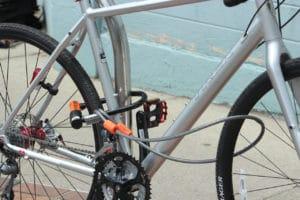 Un antivol U et un câble qui vient prendre la roue avant, le tout en hauteur : des risques réduits au minimum.