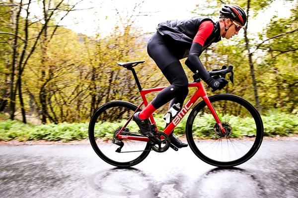 Le BMC Teammachine SLR01 2018 se veut encore plus performant, rigide et confortable.