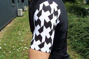 Le maillot Assos SS equipeJersey evo8 se comporte comme une seconde peau. La ventilation est totale.