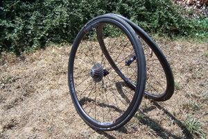 Légères, nerveuses et rigides pour un gabarit moyen, les roues Black Inc Thirty sont excellentes sur tous les terrains.