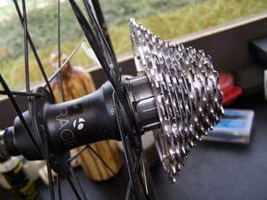 La cassette se monte parfaitement dans le corps de roue libre 10v.