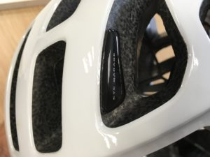 Le système Eye Garage du casque vélo Poc Octal permet de positionner ses lunettes efficacement et sûrement.