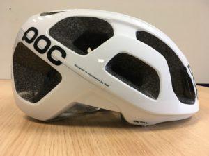 Le casque vélo Poc Octal descend assez bas sur l'arrière du crâne.