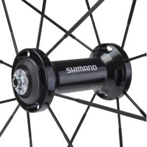 Grandes flasques et grosses billes pour le moyeu vélo route Shimano RS81. Excellente fluidité, tension optimale pour les rayons.