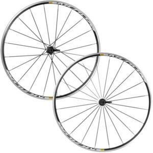 Les roues vélo route Mavic Aksium C17 sont un excellent choix parmi les 5 meilleures roues vélo route pour rouler en hiver.