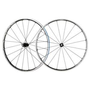 En plus des composants vélo, Shimano élabore des roues vélo route de haute technologie. Notre choix : le RS81 C24 CL.