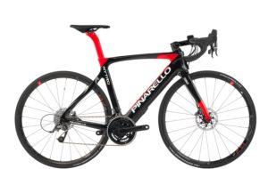 Visuellement le Pinarello est un vélo aux formes aérodynamiques dans la lignée des traditions Pinarello.