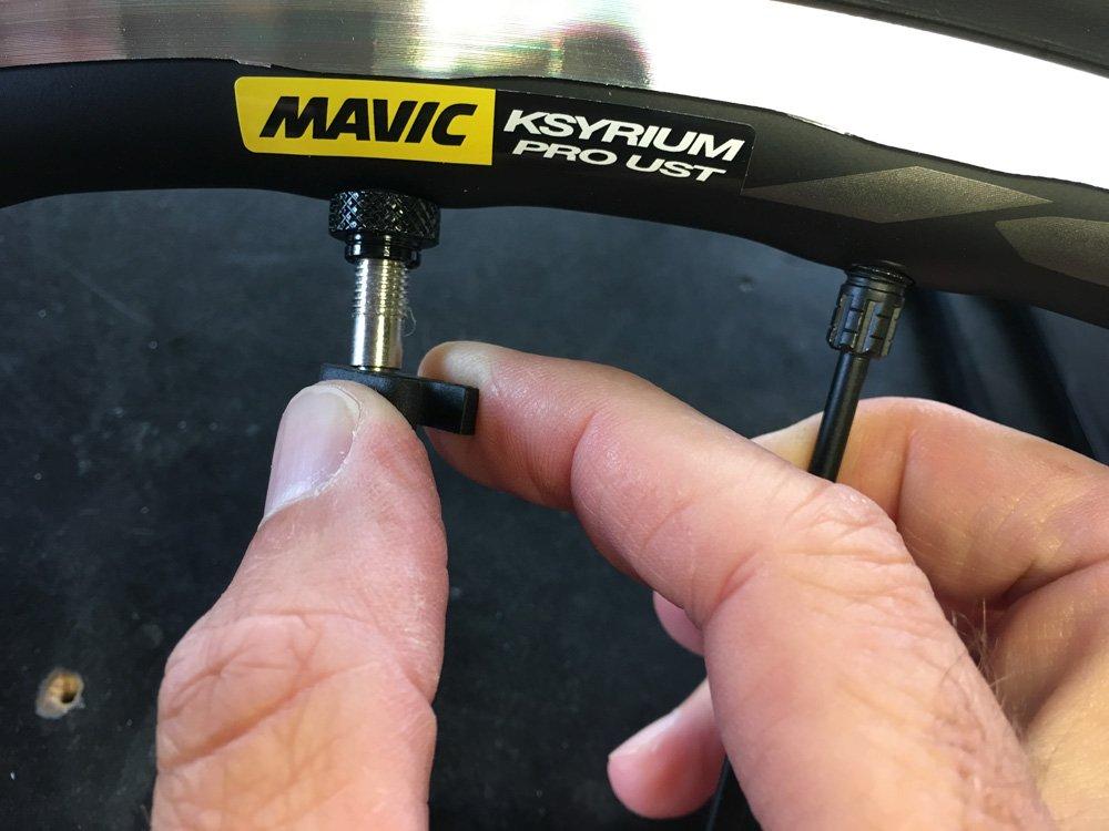 Desmontar el obus de la válvula es la forma más fácil y rápida de aplicar el líquido preventivo para neumáticos Tubeless
