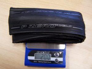 Le Pirelli PZero Velo affiche un poids remarquebale pour un pneu polyvalent et efficace partout.