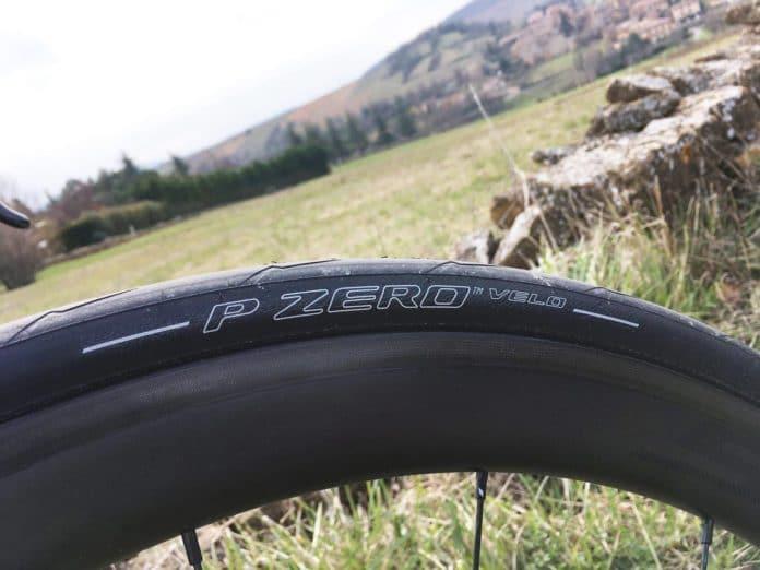Le pneu vélo route Pirelli PZero Velo est polyvalent et bon partout.