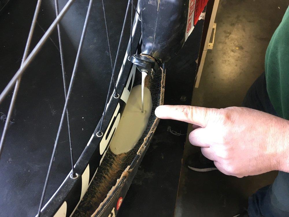 Antes de cerrar la llanta, es necesario verter el líquido preventivo para cubierta Tubeless.