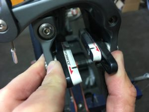Sur l'étrier avant il est souvent obligatoire de manipuler la mâchoire pour sortir les patins de frein vélo route.