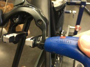 Pour finaliser de changer ses patins de frein il faut repositionner la vis. La sécurité avant tout.