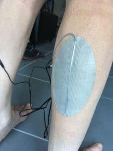 L'électrode se positionne facilement sur le mollet.