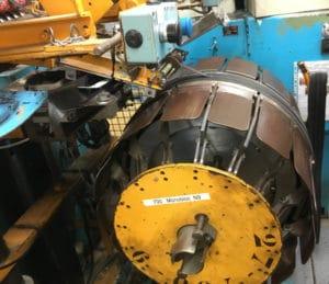 C'est sur ce gros tambour que l'opératrice qualifiée assemble le pneumatique.