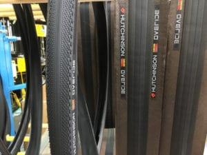 A gauche un pneu Hutchinson vulcanisé, à droite l'étape n'est pas encore réalisée.