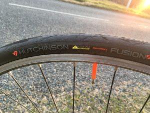 Un ensemble intéressant pour aller loin sans encombre. Tubolito et Hutchinson Fusion 5 Performance.