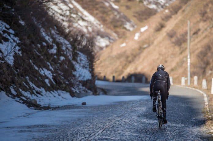 Une bonne tenue hiver vélo permet de rouler confortablement.
