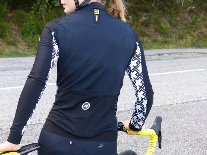 Une tenue vélo femme femme Assos que vous pouvez porter en automne et au printemps.