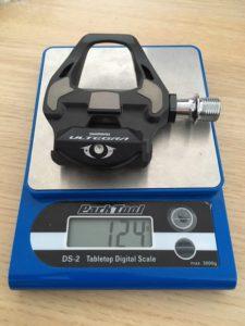 On a vérifié le poids des pédales Shimano PD-R8000 : 124 grammes sur la balance Park Tool.