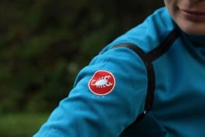 La veste Castelli Pefetto Ros accompagne la cycliste sur une grande période d'utilisation.