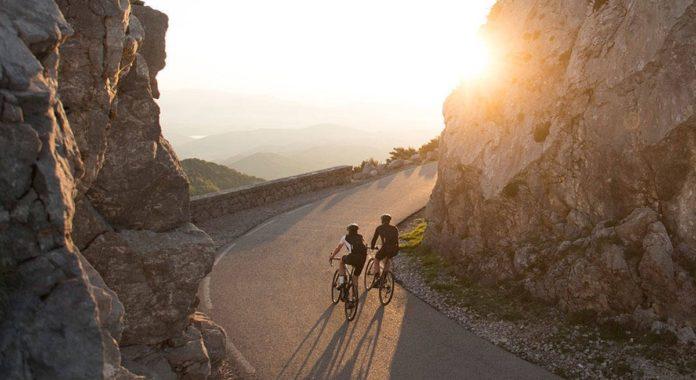 Le plaisir de rouler avec un vélo électrique route.©Derby Cycle