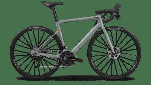 Le BMC Roadmachine est un excellent vélo pour prendre du plaisir et abordable physiquement. Notre choix dans ce classement du meilleur vélo route femme.©BMC