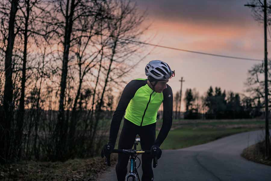 Une large plage d'utilisation pour cette veste vélo Assos Mille GT Winter. Et en plus elle vous rend plus visible.©Assos