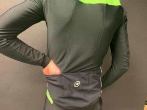 On accède facilement aux poches sur la veste vélo Assos Mille GT Winter.