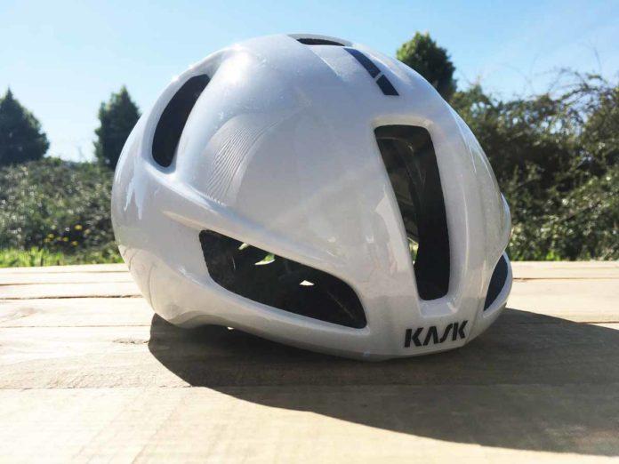Le casque Kask Utopia est aérodynamique et parfaitement ventilé.