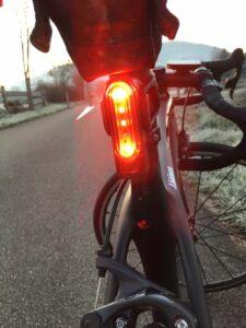 L'éclairage vélo Lezyne s'intègre parfaitement sur la tige de selle.