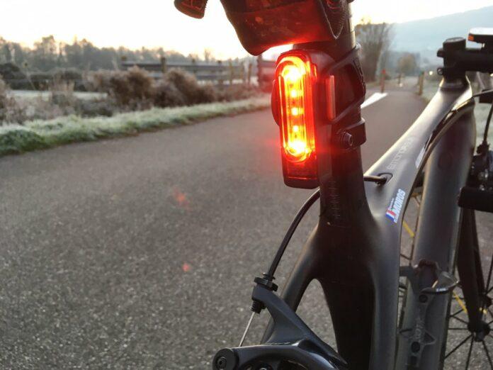 L'éclairage vélo Lezyne Strip Alert est réactif au freinage.