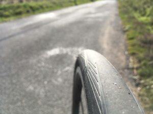 La sculpture du pneu revient quasiment au centre.