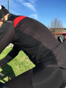 La veste Castelli Alpha Ros Light 2 est ajustée et c'est bien ce que l'on recherche.