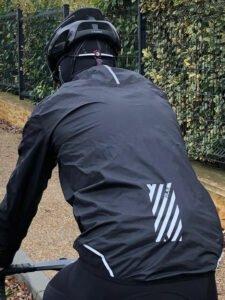La Klimatic protège efficacement du froid et de la pluie. Le dos est bien protégé.