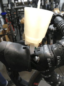 Placer le bocal qui va recevoir le liquide de frein.