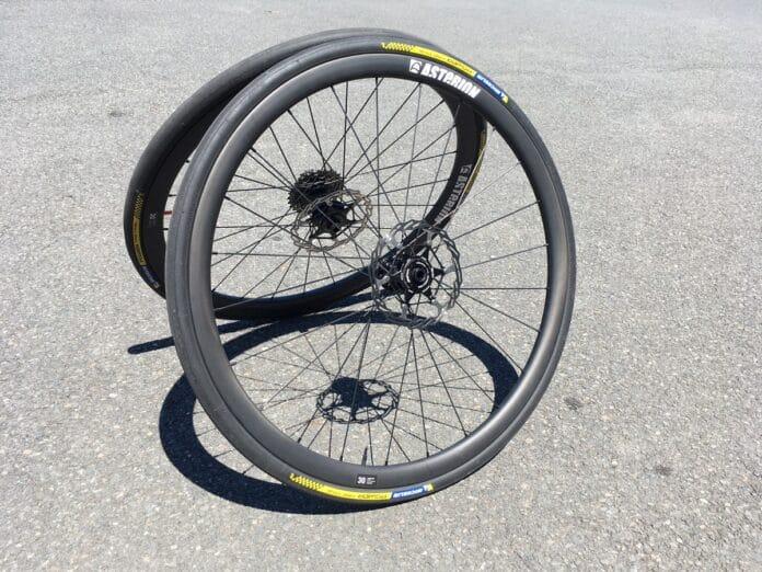 Les roues carbone disques Asterion sont plaisantes et polyvalentes.