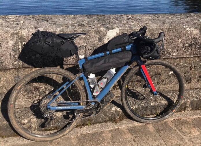 Les sacoches vélo Bikpacking viennent s'installer facilement sur votre vélo.©AL