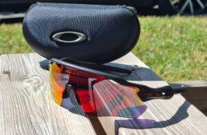 Les lunettes vélo Oakley Radar sont livrées avec un étui rigide pour le transport.
