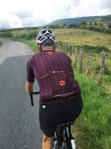 Le maillot de la tenue Alé Cycling été est confortable, respirant et technique. On peut charger les poches.
