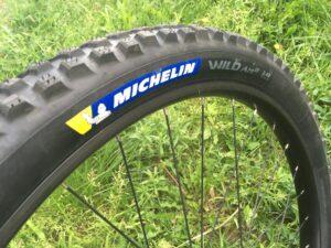 Le pneu Wild AM2 se monte principalement à l'avant.