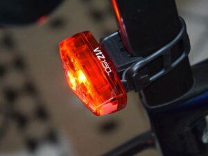 La lumière arrière Cateye Viz 150 dispose de 4 modes d'utilisation.